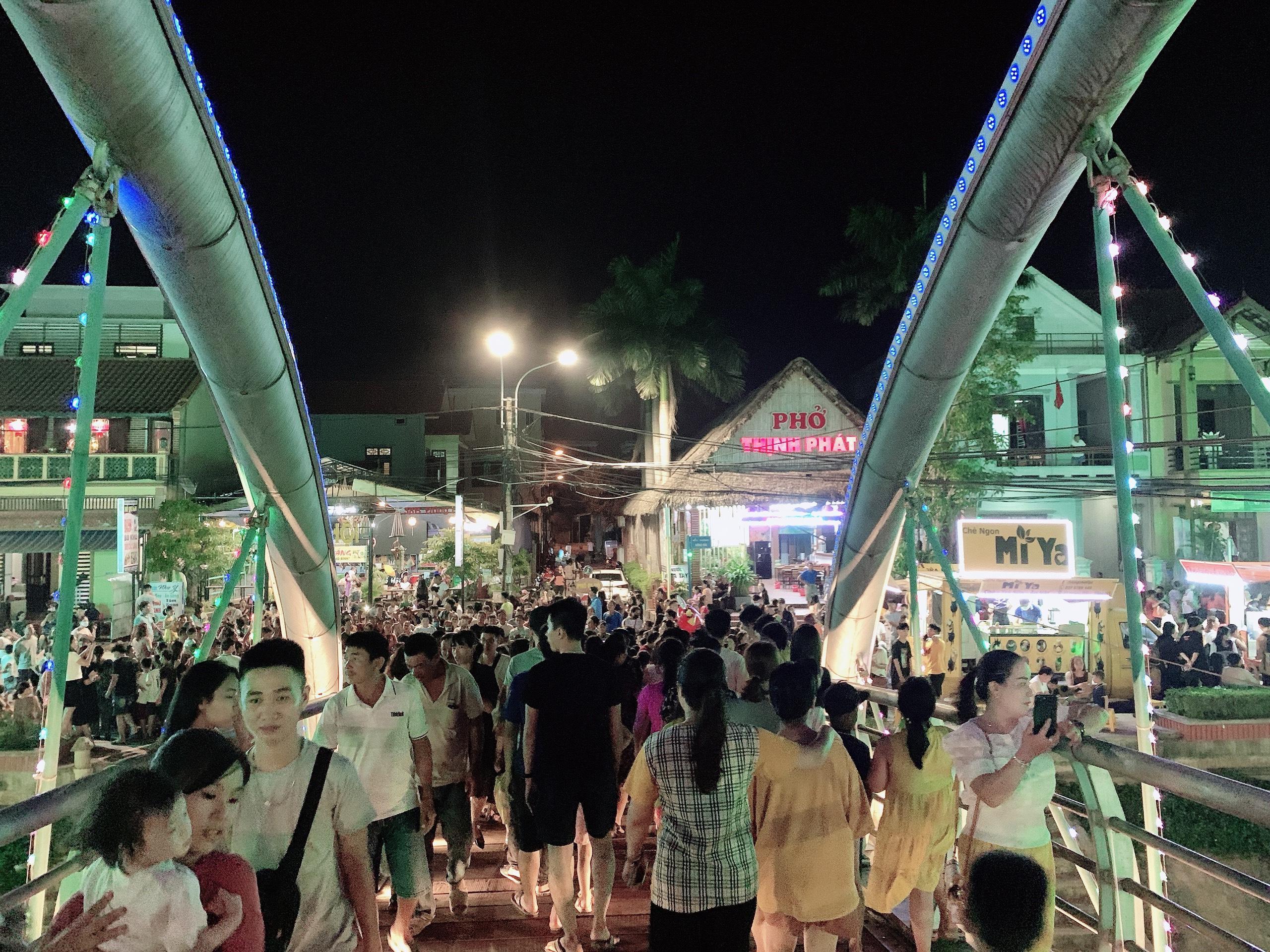 Phố đi bộ Quảng Bình điểm đến ''Thân Thiện - Mến Khách'' Du Lịch về đêm cho Du Khách.
